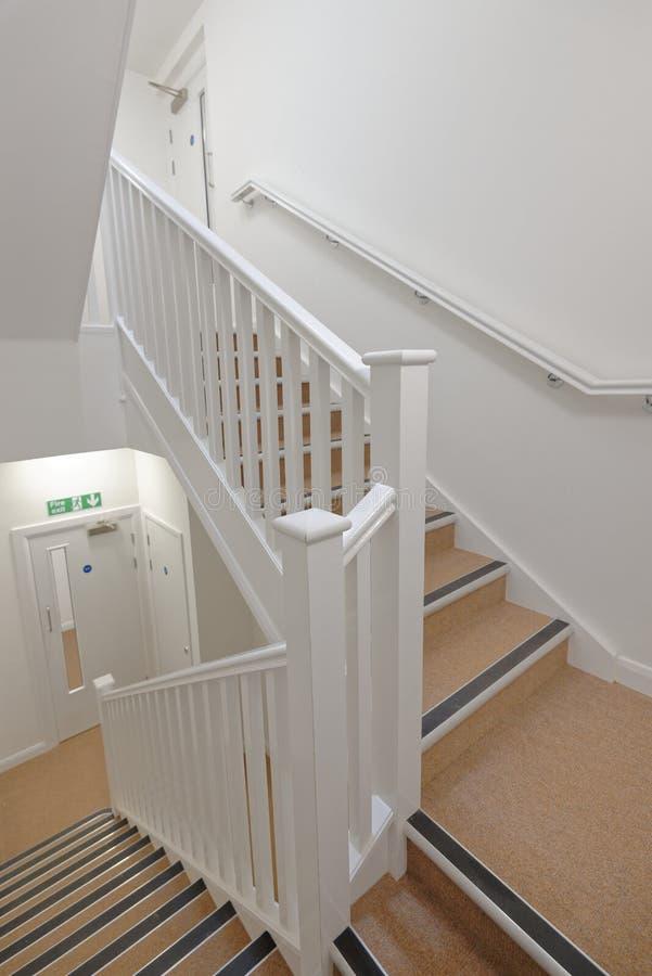 Modern trappenhuis in een flatgebouw Betaalbare huisvesting stock afbeeldingen