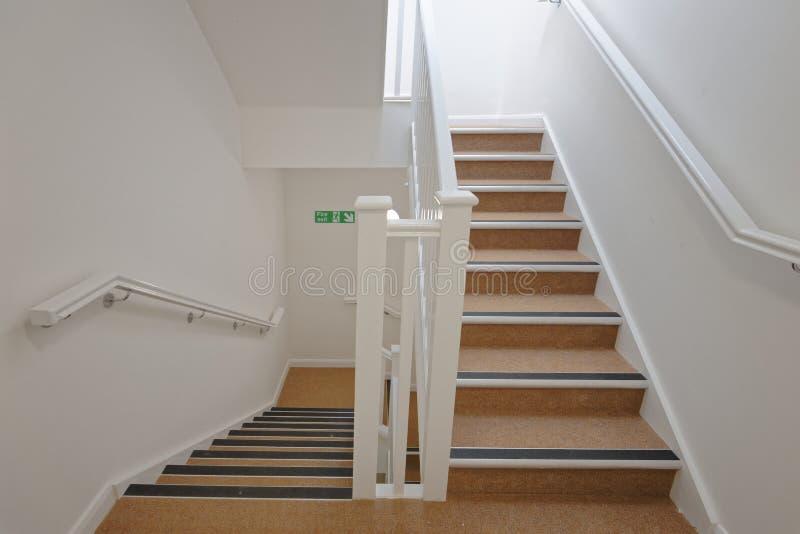 Modern trappenhuis in een flatgebouw Betaalbare huisvesting stock foto's