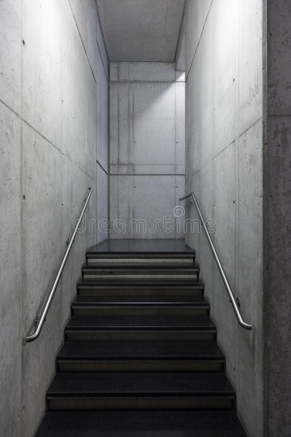 Modern trappuppgång som göras av utsatt betong royaltyfria bilder