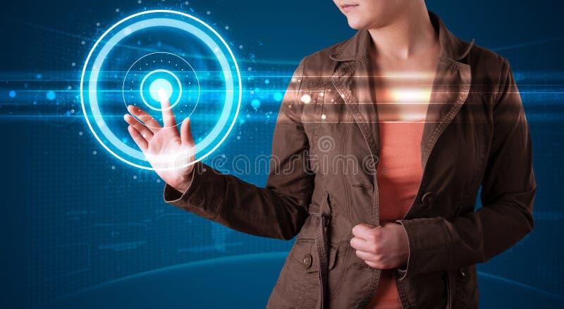 modern tryckande på techtyp kvinna för knappar high arkivbild