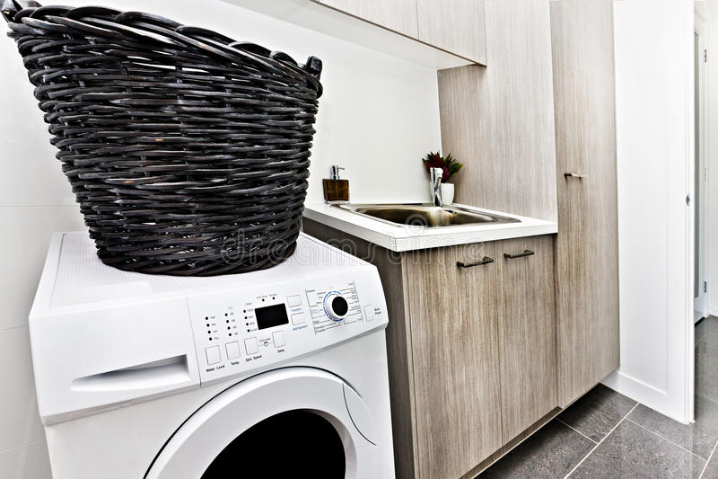 Download Modern Tvättstuga Med En Tvagningmaskin Och Korg Fotografering för Bildbyråer - Bild av tvätteri, silver: 76700653