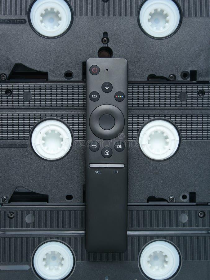 Modern TV som är avlägsen på bakgrund av videokassetter Bästa sikt, minimalism royaltyfria bilder