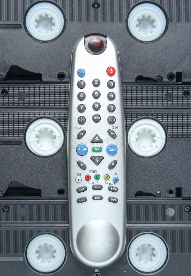 Modern TV som är avlägsen på bakgrund av videokassetter Bästa sikt, minimalism royaltyfria foton