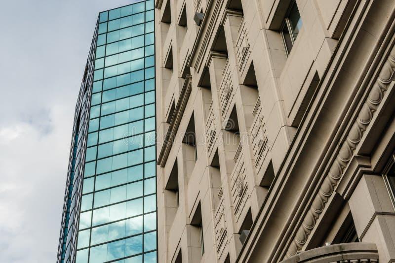 Modern und Altbauten neben einander stockfotos