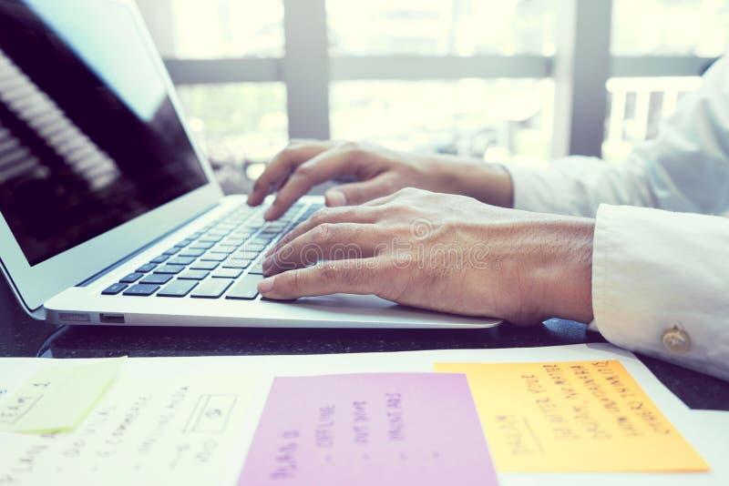 Modern ung affärsman som arbetar med bärbara datorn royaltyfri foto