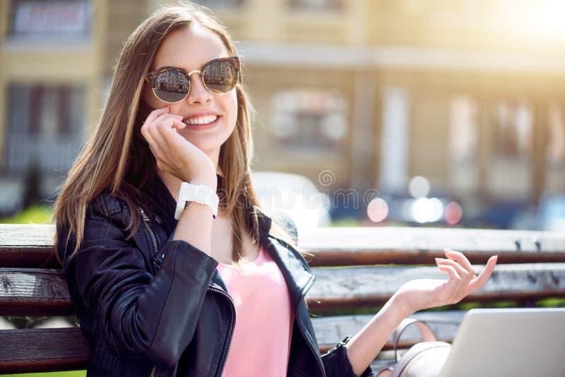 Modern ung kvinna i en storstad royaltyfria foton