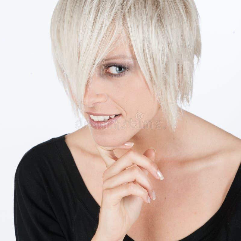 Modern ung kvinna med en kall frisyr fotografering för bildbyråer