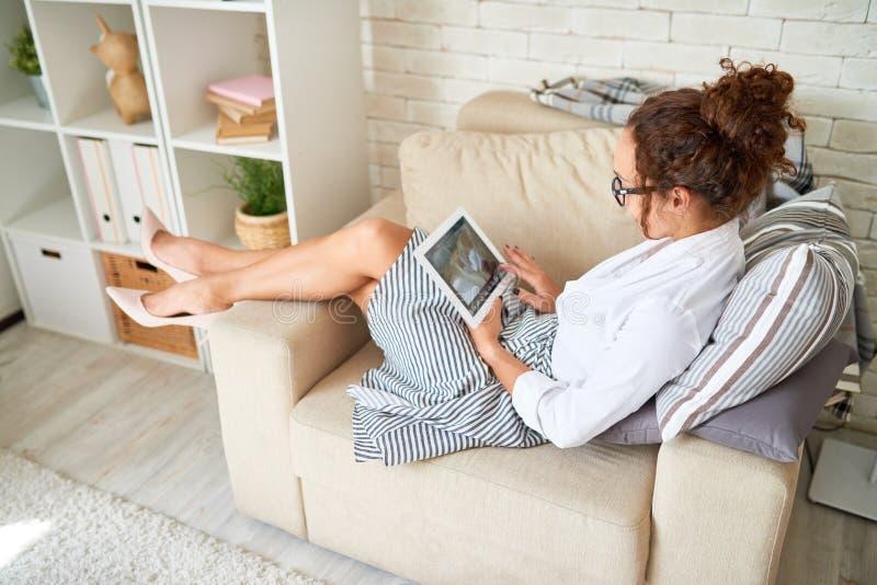 Modern ung kvinna som använder den Digital minnestavlan royaltyfria foton
