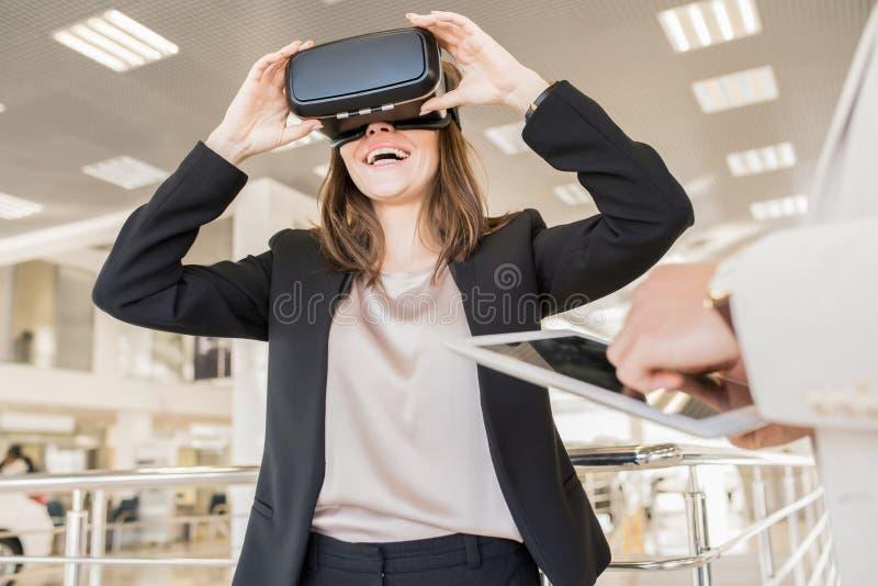 Modern ung kvinna som bär VR-hjälmen royaltyfria foton