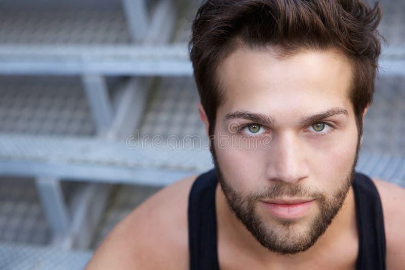 Modern ung man med att stirra för skägg royaltyfria foton