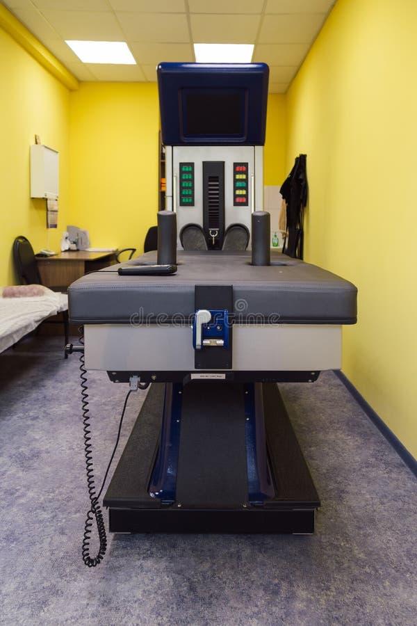 Modern utrustning för icke-kirurgiskt ryggrads- dykarsjukatillvägagångssätt fotografering för bildbyråer