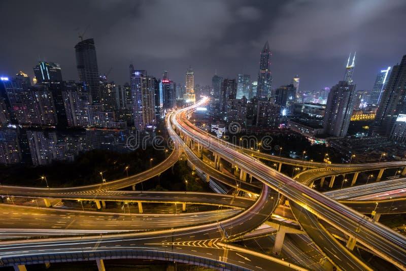 Modern väg för stadstrafik på natten Transportföreningspunkt arkivfoton