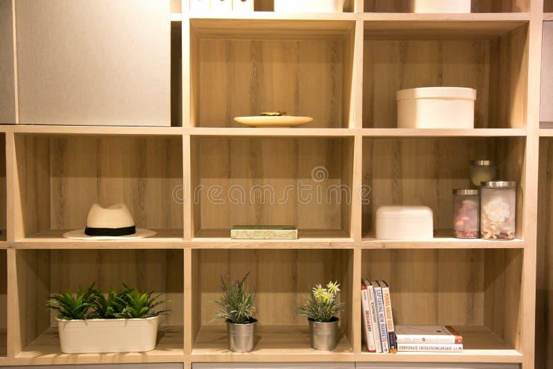 Modern vårinre med den inbyggde bokhyllan lyxig vardagsrum och inredesign arkivbild