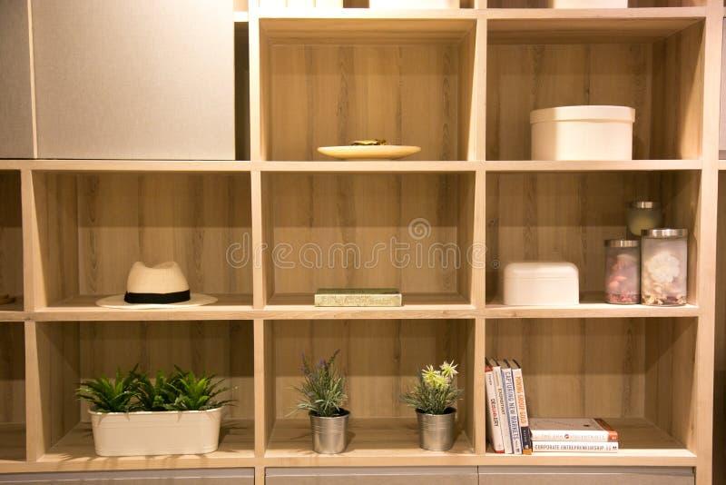 Modern vårinre med den inbyggde bokhyllan lyxig vardagsrum och inredesign arkivfoton