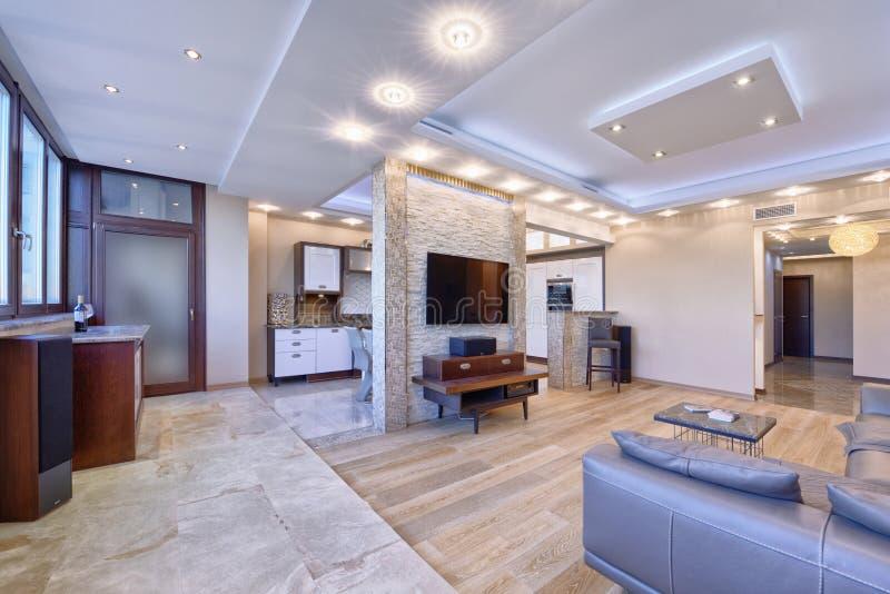 Modern vardagsrum för inredesign, stads- fastighet royaltyfri foto