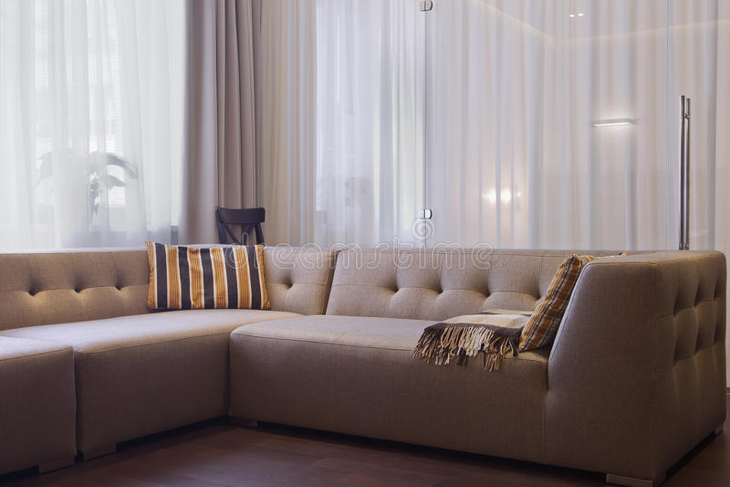 Modern vardagsrum i lyxig herrgård royaltyfri fotografi