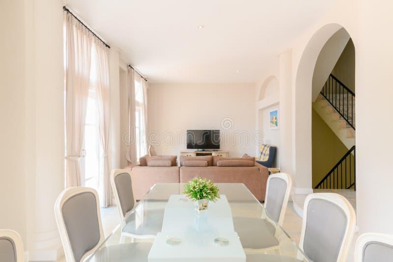 Modern vardagsrum med att äta middag tabelluppsättningen royaltyfri foto