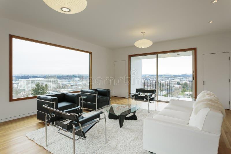 Modern vardagsrum med sikt i dag royaltyfri fotografi