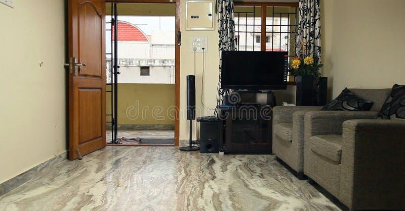 Modern vardagsrum med soffan och möblemang, inre hus för indisk typ fotografering för bildbyråer