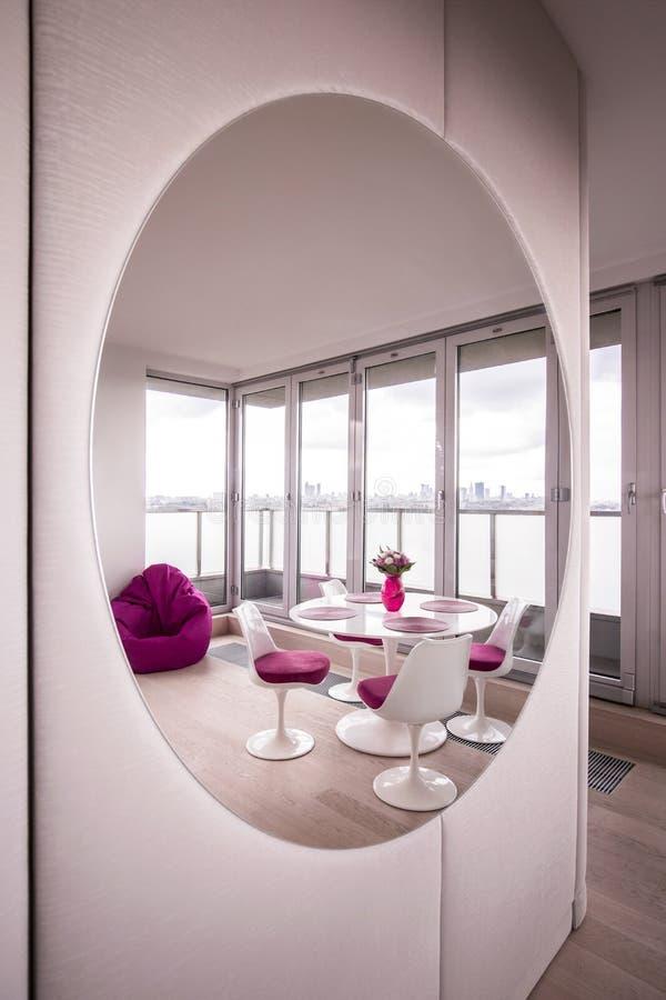 Modern vardagsrum med spegeln royaltyfri fotografi