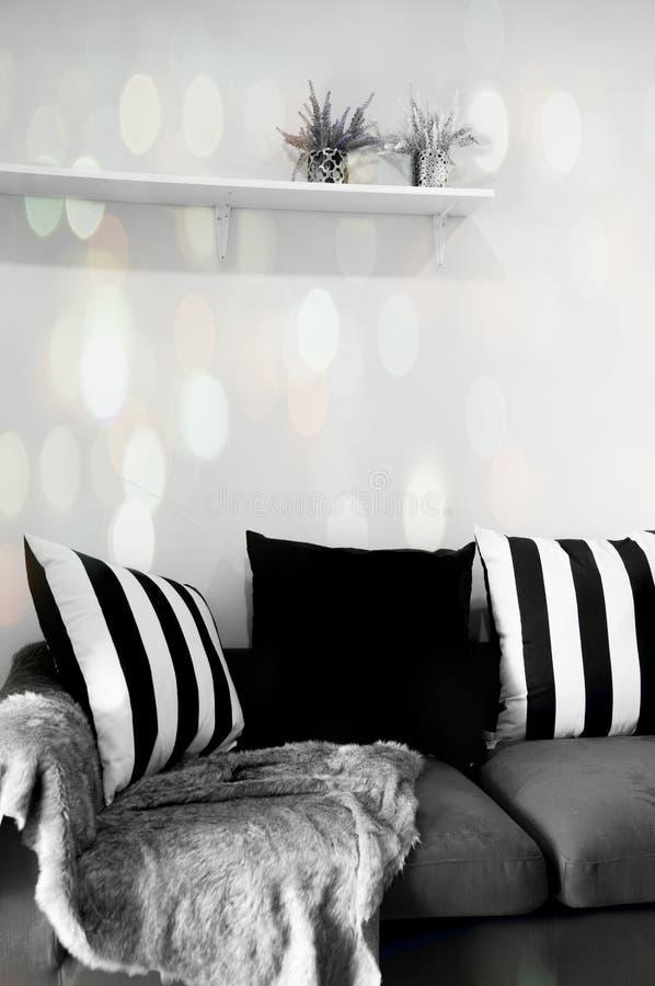 Modern vardagsrum med svartvita kuddar på soffan royaltyfria foton