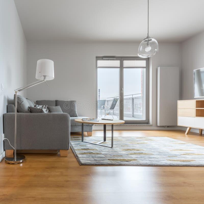 Modern vardagsrum med trägolvet arkivbilder