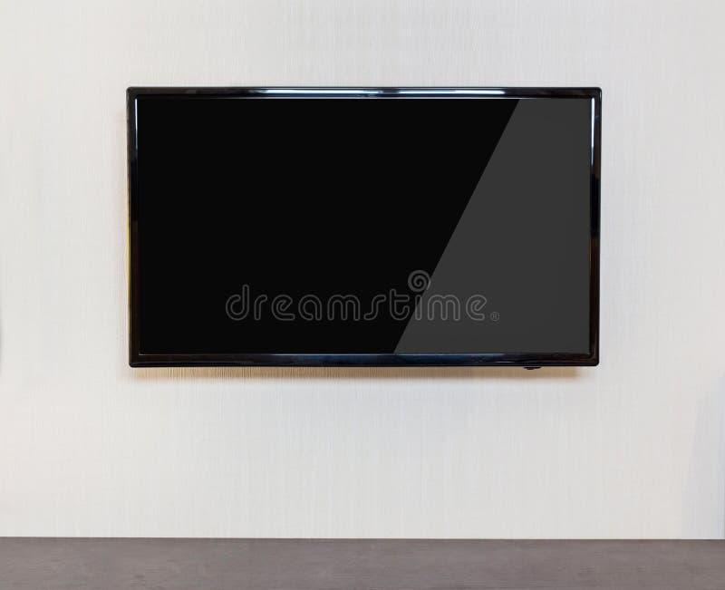 Modern vardagsrum med TV på väggen royaltyfri fotografi