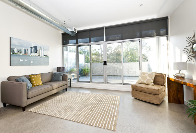 Modern vardagsrum och balkong royaltyfri bild