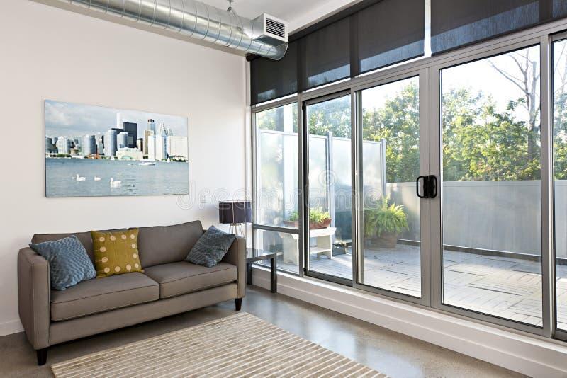Modern vardagsrum och balkong fotografering för bildbyråer