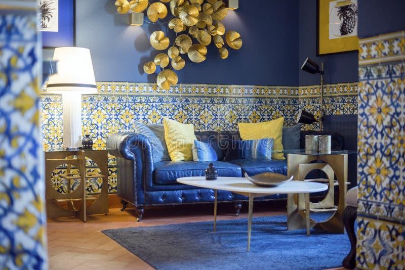 Modern vardagsrum som inspireras av tappningportugisstil fotografering för bildbyråer