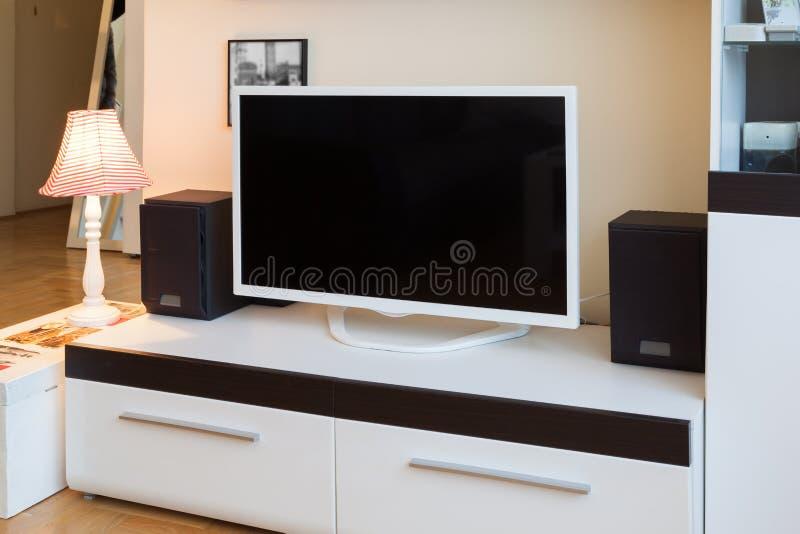 Modern vardagsrum - TV och högtalare fotografering för bildbyråer
