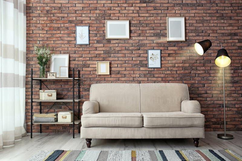 Modern vardagsruminre med bekväm sof royaltyfri fotografi