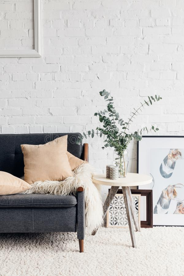 Modern vardagsruminre med den stilfulla dekoren arkivfoton