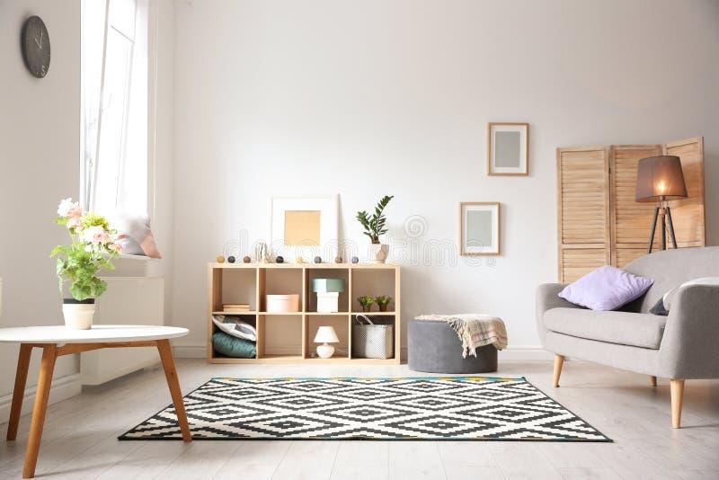 Modern vardagsruminre med den stilfulla soffan arkivfoto
