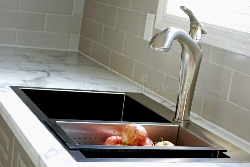 modern vask för countertopkök royaltyfri foto