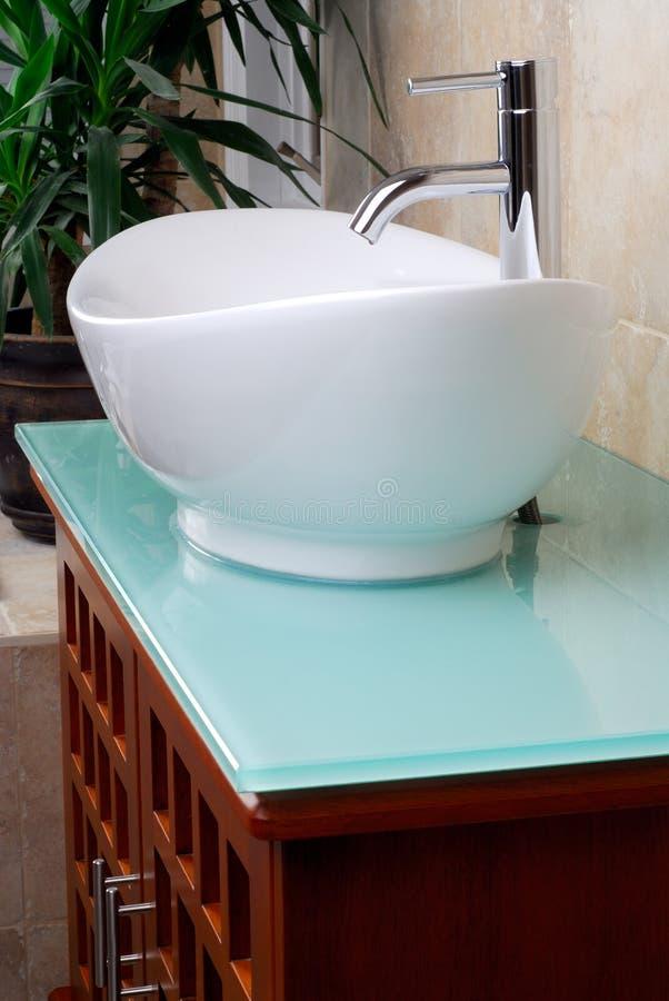 modern vaskfåfänga för badrum arkivfoto