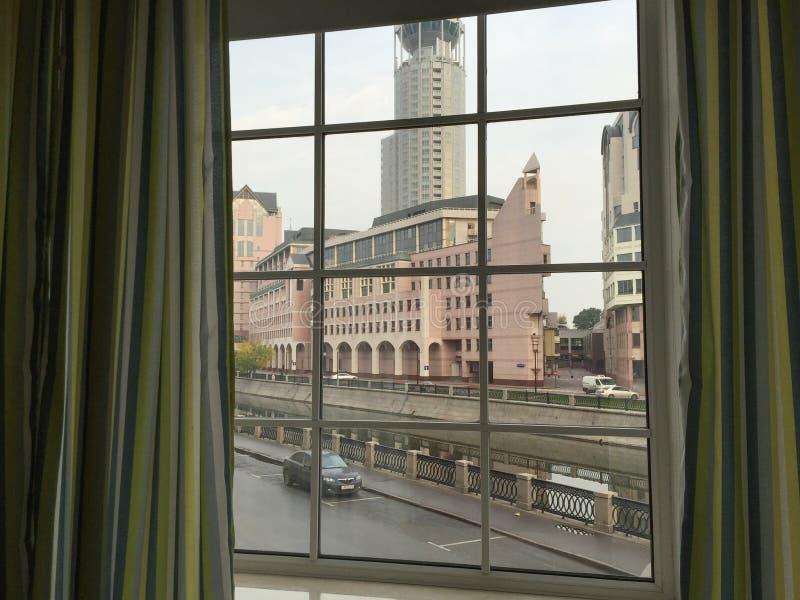 Modern venster met gordijnen in ruimte royalty-vrije stock foto