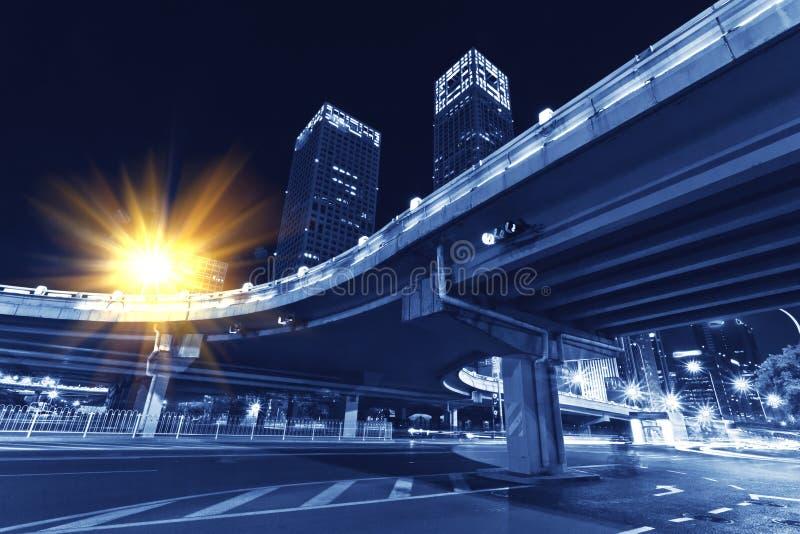 Modern vervoer, nachtviaduct stock afbeelding