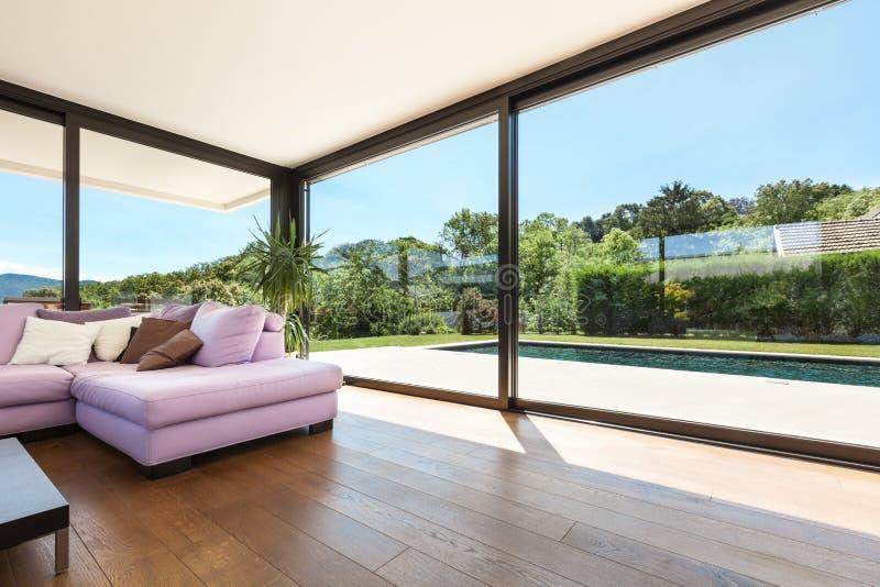 Modern villa, inre, vardagsrum arkivbild