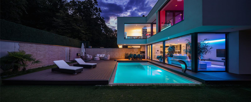 Modern villa med kulöra ledde ljus på natten royaltyfri bild
