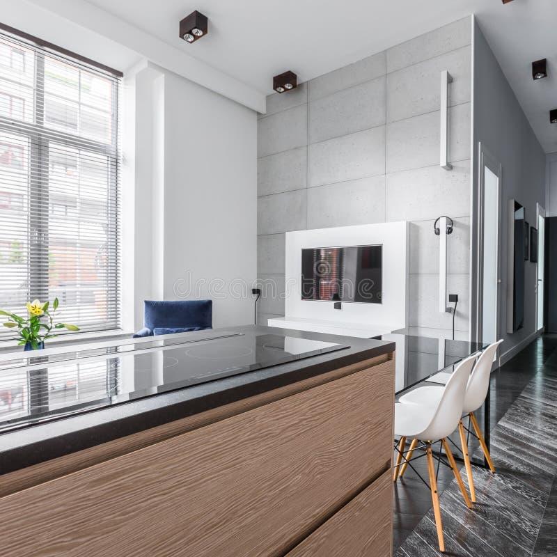 Modern vinddesign med kök arkivbilder