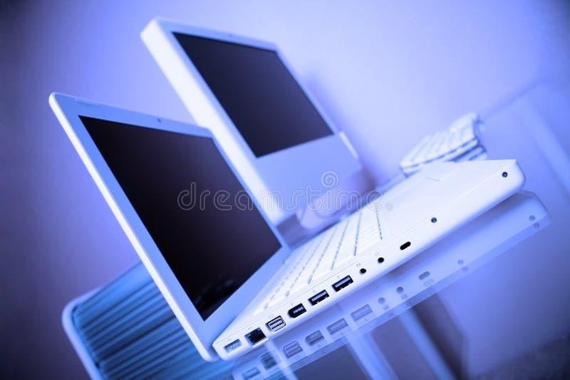 modern vit arbetsplats för blå datorbärbar dator arkivfoton