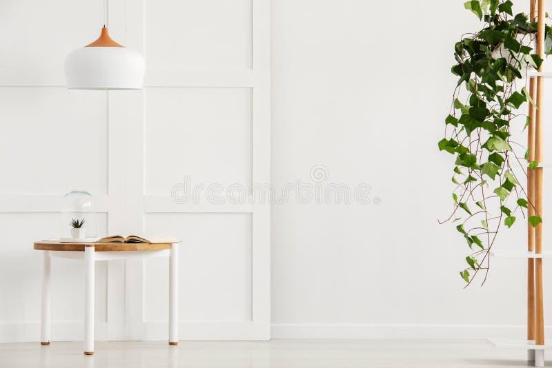 Modern vit korridor med den enkla tabellen och lampan royaltyfri foto