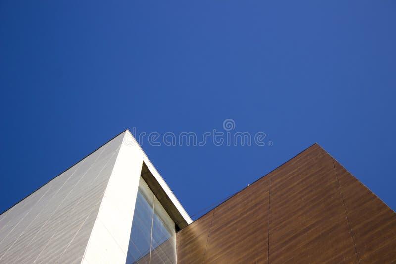 Modern vit och brun corporative byggnad med en mycket fodrad kontur fotografering för bildbyråer
