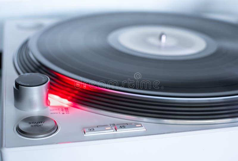 Modern, vit, omätbar vinylpostspelare Retro-ljudutrustning för diskjockey Ljudteknik för DJ för att blanda och spela musik royaltyfri bild