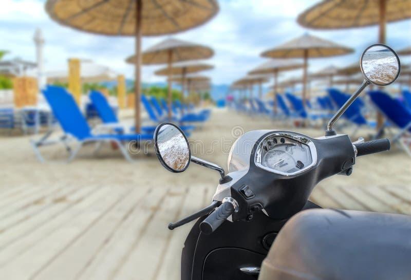 Modern vit skinande motorcykel för trans. med beac arkivbild