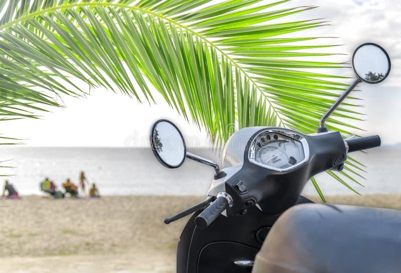 Modern vit skinande motorcykel för trans. med stranden royaltyfria bilder