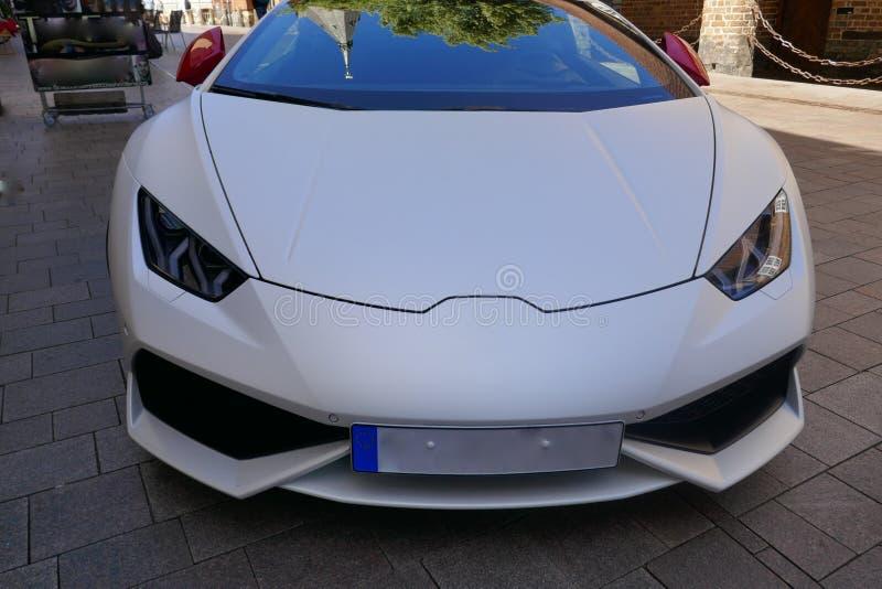 Modern vit sportbil, closeup, framdel av medlet, detaljer royaltyfri foto