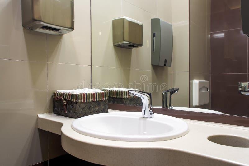 Modern vit vask arkivbilder