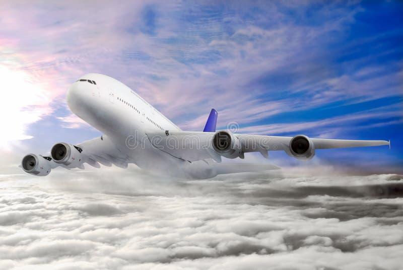 Modern vliegtuig in de hemel dichtbij Luchthaven. stock fotografie